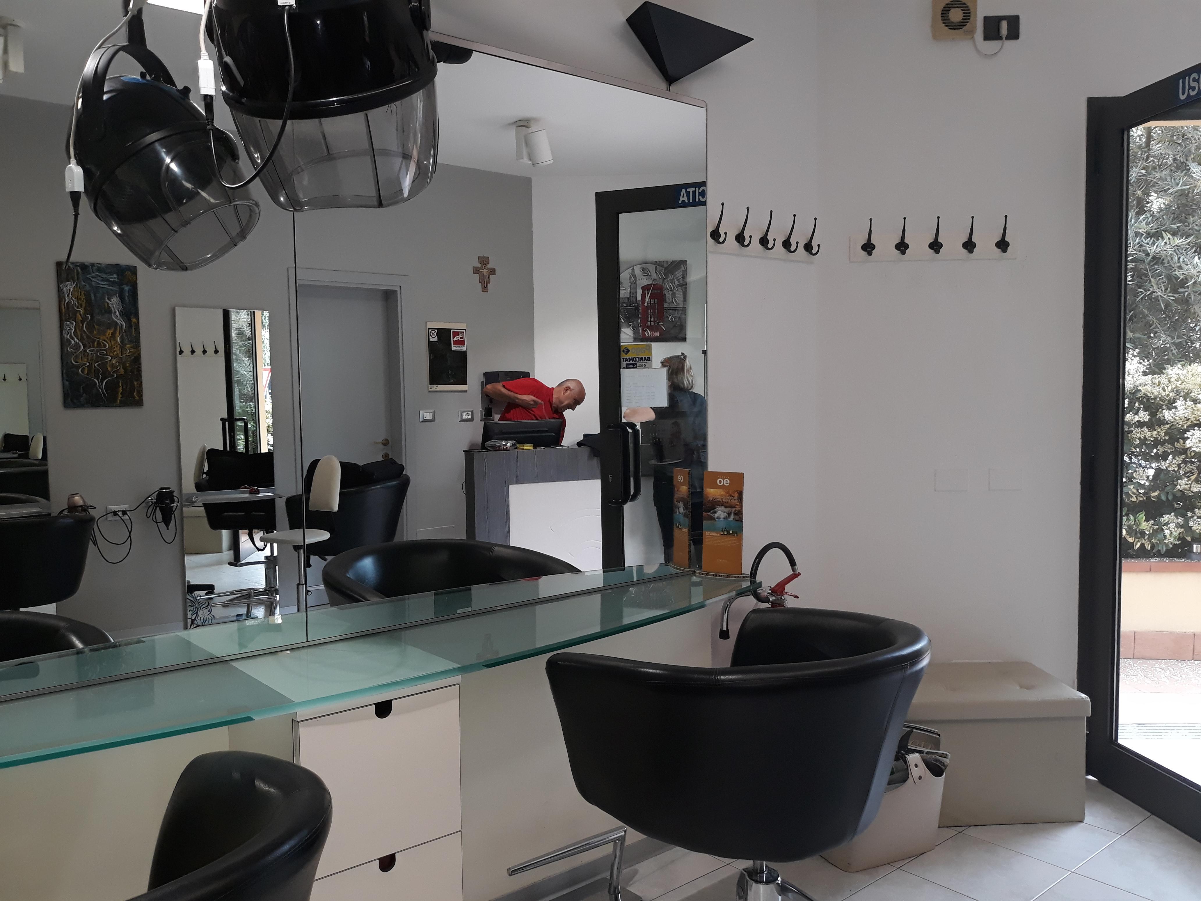 A-1057 – Centrale: negozio parrucchiera